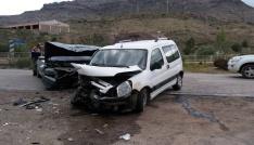 Gümüşhanede iki araç kafa kafaya çarpıştı: 6 yaralı