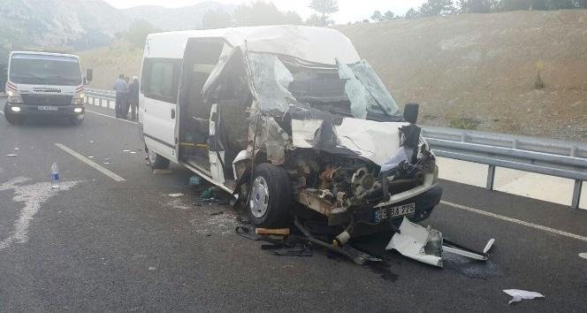 İşçi minibüsü tıra arkadan çarptı: 2si bebek 18 yaralı