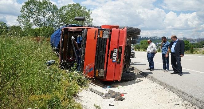 PVC malzemesi yüklü kamyon, şarampole devrildi: 1 yaralı