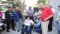 Engellilere tekerlekli sandalye yardımı