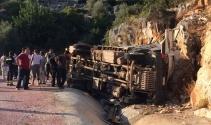 Freni boşalan kamyon devrildi: 1i ağır 2 yaralı