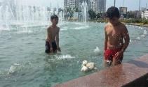 Çocuklar ördekleriyle birlikte süs havuzunda yüzdü