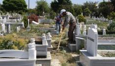 Iğdırda mezarlıklar bayrama hazır