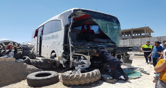 Yolcu otobüsü ile tır çarpıştı: 12 yaralı