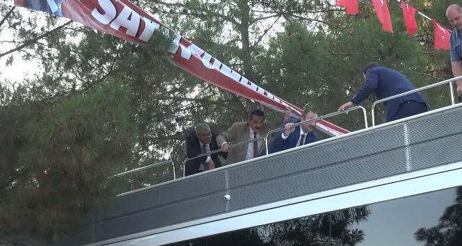 Bakan ve Başbakan Yardımcısının otobüsünün üstünde zor anları