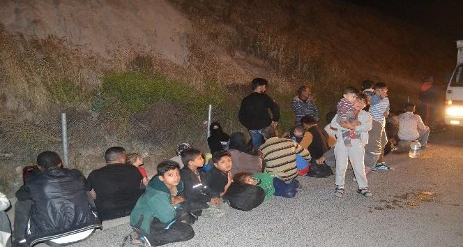 İzmirde kamyonetin kasasında 47 göçmen yakalandı
