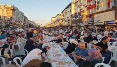 Sultanbeyli kent merkezinde binlerce kişi iftar yaptı