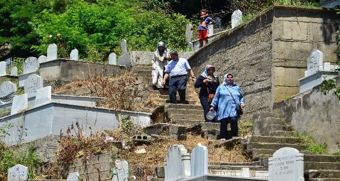 Arefe günü mezarlıklar doldu taştı