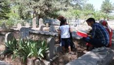 Elazığda arefe günü mezarlıklar doldu taştı