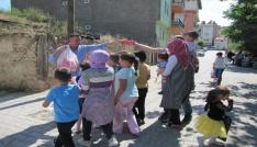 Çocukların Ramazan adağı kapma yarışı
