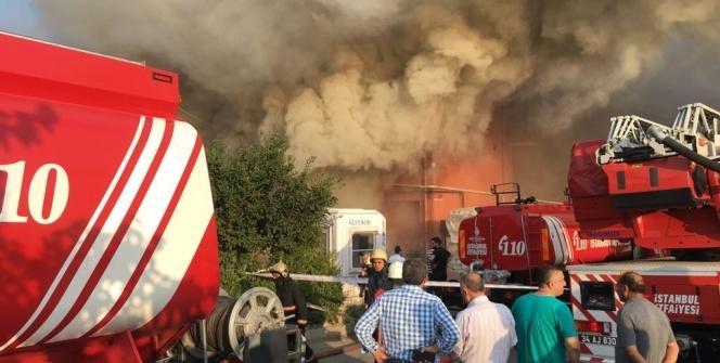 Mobilya fabrikası yandı, vatandaşlar film gibi izledi