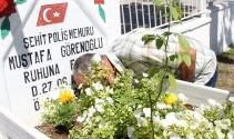 Şehit babası, 'Onsuz ilk bayramımız' diyerek mezarına kapanıp ağladı