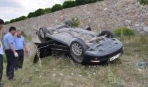 Otomobil istinat duvarından uçtu: 2 yaralı