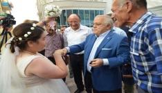 Vali damadı olmayan düğüne katıldı, altın taktı