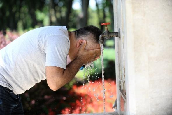 Nem ve sıcaklık bunalttı, vatandaşlar kendilerini parklara attı