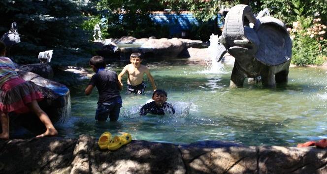 Çankırı'da sıcaktan bunalan çocuklar süs havuzunda serinledi