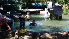 Çankırıda sıcaktan bunalan çocuklar süs havuzunda serinledi