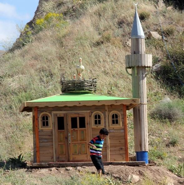 Döşeme ustası Türkiye'nin ilk çocuk köyünü kuruyor