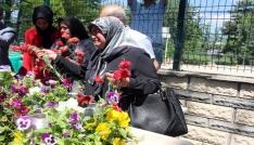 """Şehit annesi oğlunun mezarında """"evladım"""" diyerek ağladı"""