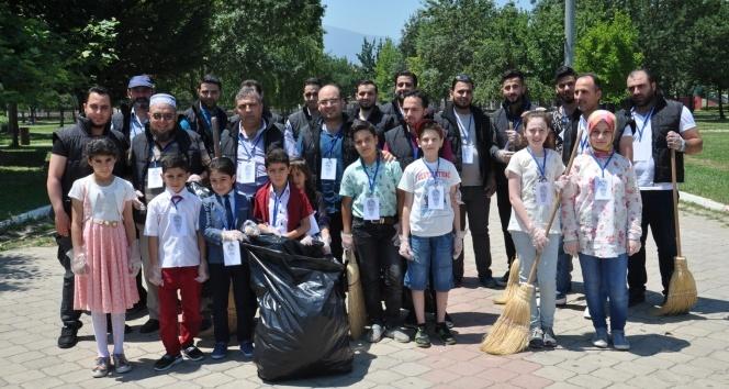 Suriyelilerden park temizliği