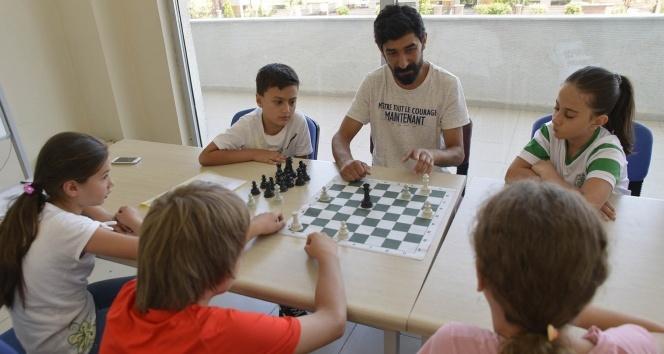 Çocuklar tatillerini satranç ile değerlendiriyor