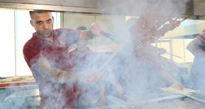 Kebap ustalarının 100 derecede mangal başında ekmek savaşı