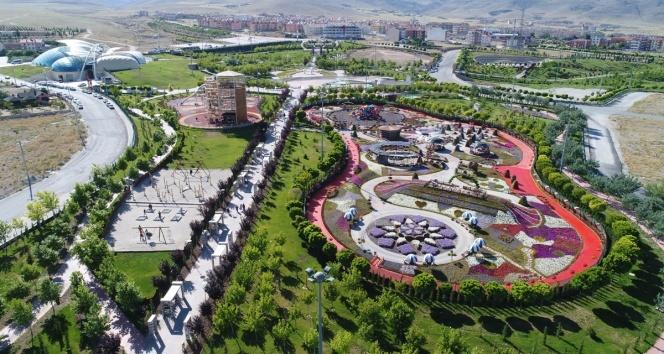 Türkiyenin en renkli bahçesi Selçukluda