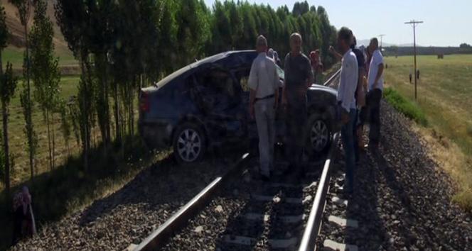 Muşta tren otomobile çarptı: 6 yaralı