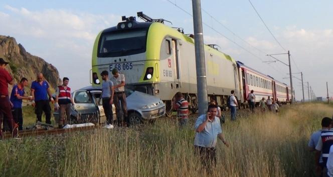 Kütahyada raybüsle otomobil çarpıştı: 1 ölü, 3 yaralı