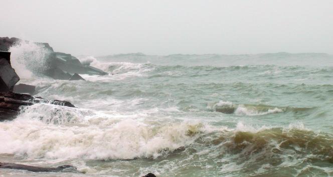 Batı Karadenizde yoğun sis ve dev dalgalar