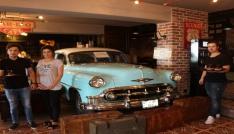Klasik araba galerisi değil kafe