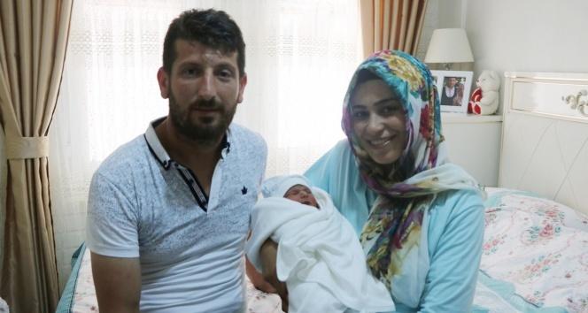 Yeni doğan bebeğinin ismini Ömer Halis koydular