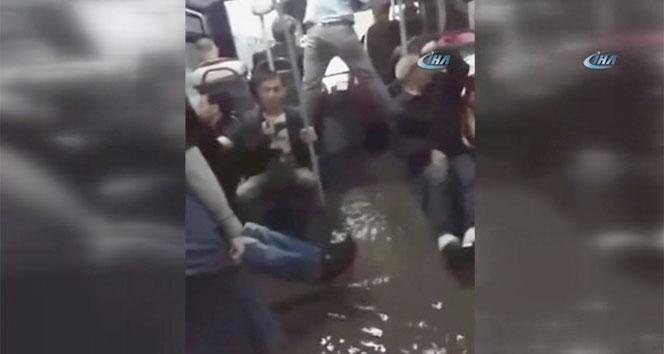Metrobüsün içini sular bastı, yolcular zor anlar yaşadı