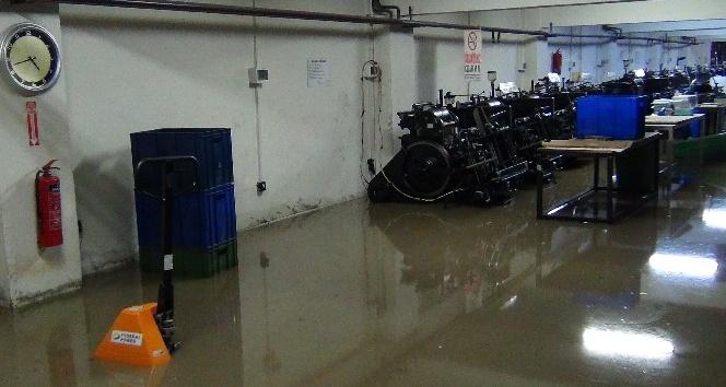 Otomobiller mahsur kaldı, iş yerlerini su bastı