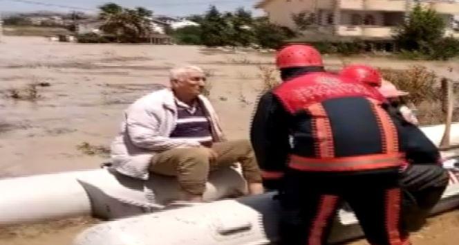 Silivri'de botlar yağmur sularında mahsur kalan vatandaşları kurtarıyor