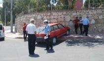 Duvara çarpan otomobilin sürücüsü ağır yaralı