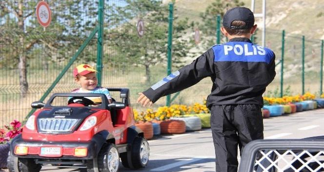 Sevgi evlerinde kalan çocuklara eğlenceli trafik eğitimi