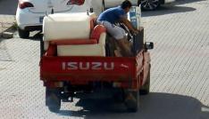 Malzeme dolu kamyonet kasasında tehlikeli yolculuk