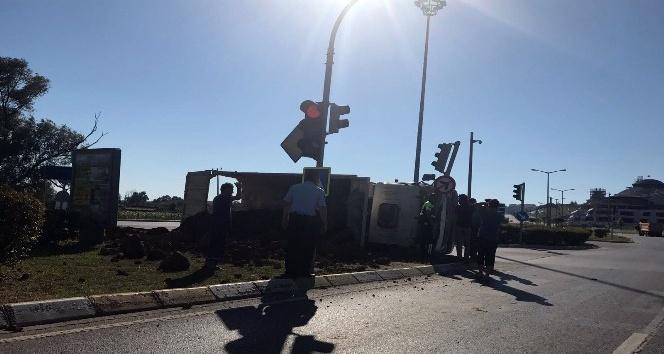 Virajı alamayan hafriyat kamyonu devrildi: 1 yaralı