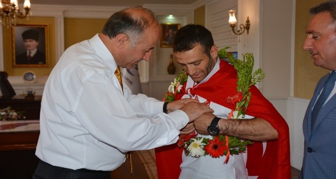 Vali Azizoğlundan Olimpiyat Şampiyonuna Cumhuriyet altını