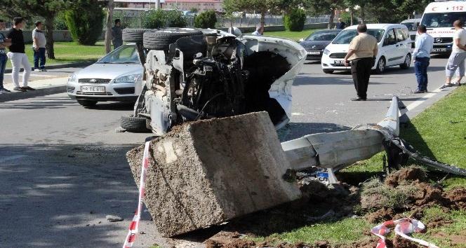 Sivasta otomobil aydınlatma direğine çarptı: 2 yaralı