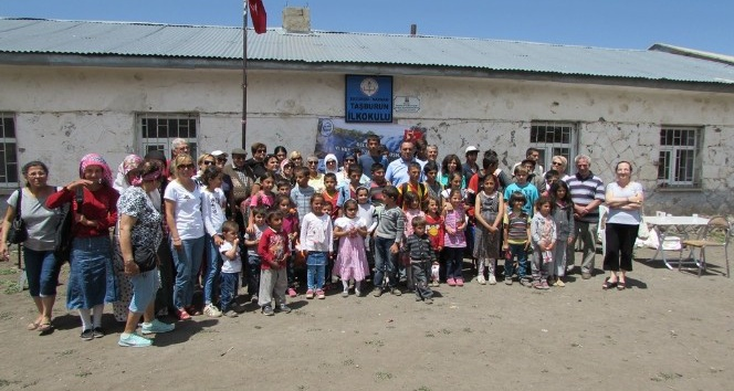 Narmandaki köy okullarında öğrenim gören öğrencilere yardım