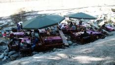 Sıcaktan bunalan Bursalılar yemeklerini derenin içinde yiyor