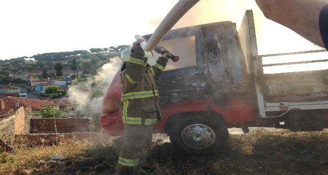 Ayvalıkta park halindeki kamyonet yandı