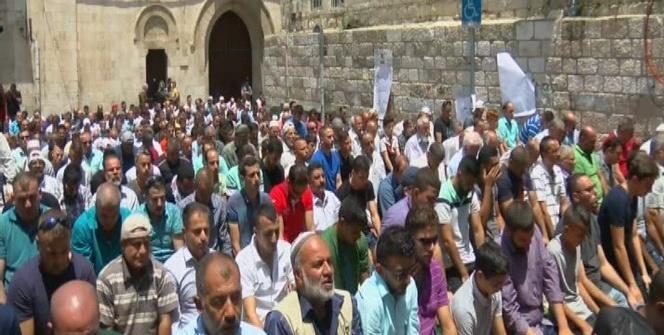 Kudüs'te öğle namazı kılındı