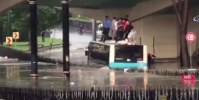 Selde mahsur kalan vatandaşlar otobüsün üzerine çıktı