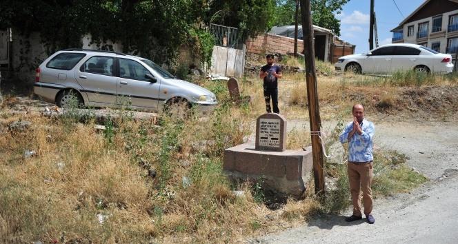 Kentsel dönüşümle binaların ortasında kalan mezarları vatandaşlar yatır sanıyor