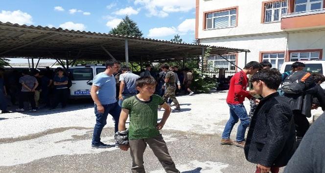Trafikten men otobüsten 102 kaçak göçmen çıktı