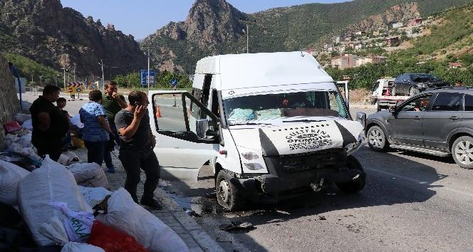 Fındık işçilerini taşıyan minibüs Gümüşhane'de kaza yaptı: 26 yaralı