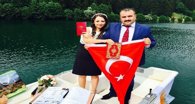 Artvin Şavşatlı çiftin nikahı Karagöl'de sandal içinde kıyıldı